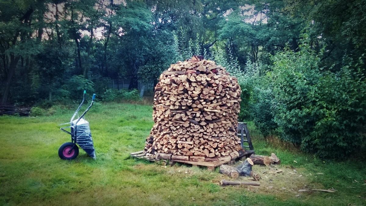 stóg drewna